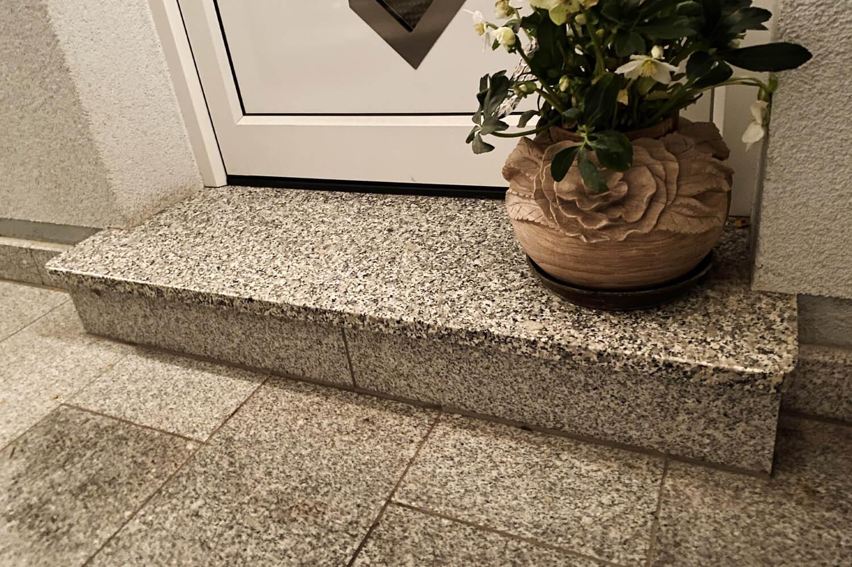 speer-naturstein_eingangsbereiche_podest-italienischer-granit-1