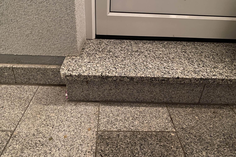 speer-naturstein_eingangsbereiche_podest-italienischer-granit-2